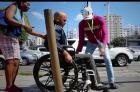 rd18 Video: Mira cómo transita un discapacitado en aceras de la Capital