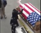 eeuu1 Emotivo: El cuerpo de un soldado de EEUU es recibido por su esposa