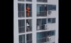 bombero salva jeva suicida Bombero salva jeva del suicidio con una patá (video)