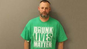 elwood gutshall iii ovi drunk lives matter Este tipo tenía la camiseta perfecta en el momento de su arresto