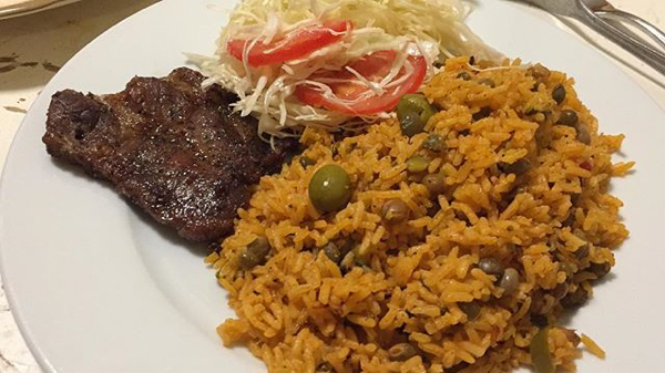 foto chula deelpiqui Comida de las 12: Moro de guandules, carne y ensalada