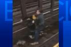 ny Se tira a los rieles para salvar a un tipo en Metro de Nueva York