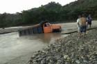 camion Camión extraía arena ilegalmente termina arrastrado por río