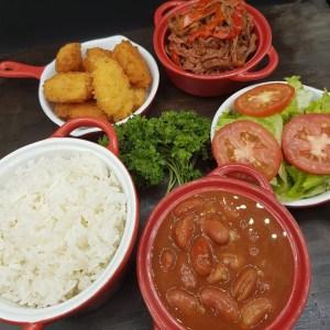 sweetsandsour Comida de las 12: Arroz, habichuelas, carne, arepitas y ensalada