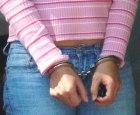 tipa esposada Algo raro: Tipa acusada de meterse a robar en una casa
