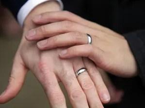 900020 300x224 Desde hoy los homosexuales se pueden casar en Uruguay [Ley]