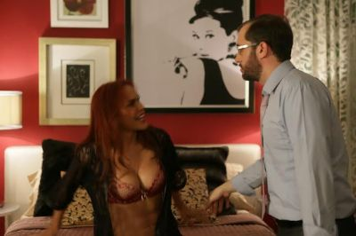 """Georgina Duluc y Carlos Sanchez en la pelicula """"El que mucho abarca…"""""""