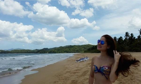 2 Fotos: Figuras populares dominicanas bikiniando en Semana Santa