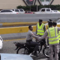 Camán ahí! - Amets agarran policías tiguerones (video)