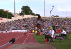 Blessing Okagbare 300x207 Video   Atleta se le cae la peluca en plena competencia