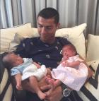 Cristiano 1 300x307 La primera foto de los gemelos de Cristiano Ronaldo