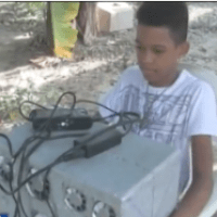 Harto del calor, chamaquito dominicano crea un aire acondicionado