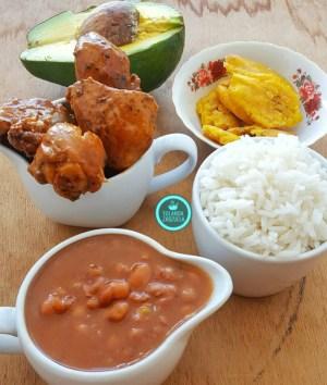 comida 2 300x354 Comida de las 12: Arroz, habichuelas, pollo guisado, aguacate y tostones