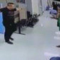 Video: Policía convence asaltante y lo abraza