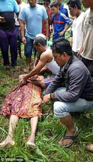 Indonesia 2 300x520 Un cocodrilo regresa el cuerpo de un hombre que mató un día antes
