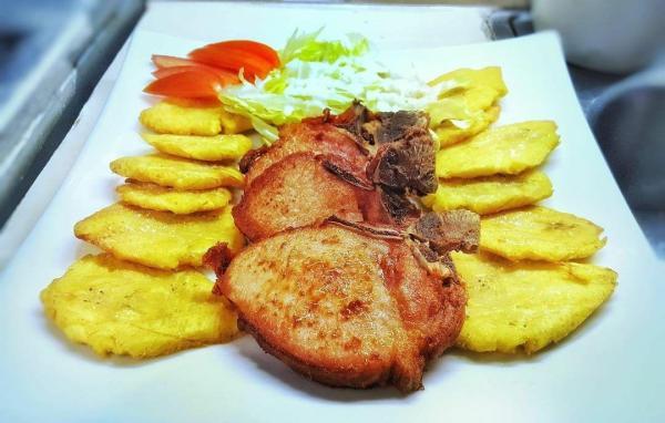 IMG 20170816 123258 448 600x382 Comida de las 12: Chuleta, tostones y ensalada
