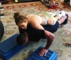 JLo 1 300x256 Video   Doña JLo arriba de su macho en el gym