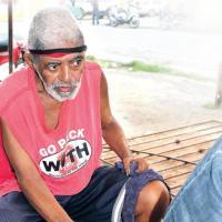 Conoce al limpiabotas más viejo de Higüey
