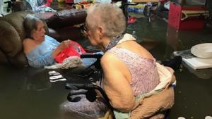 Foto   Ancianos en asilo inundado en Texas