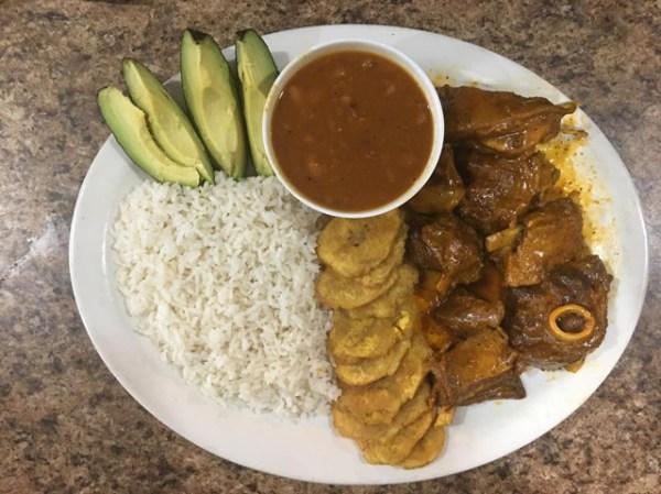 comida 7 600x449 Comida de las 12: Arroz, habichuelas, chivo, aguacate y tostones