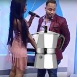 presentadora 150x150 Presentadora dominicana le agarra paquete a presentador en pleno show