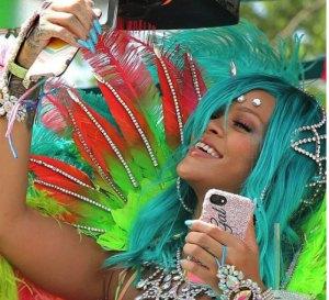 ririr 300x273 Rihanna más fuifuiu que nunca en el carnaval de Barbados