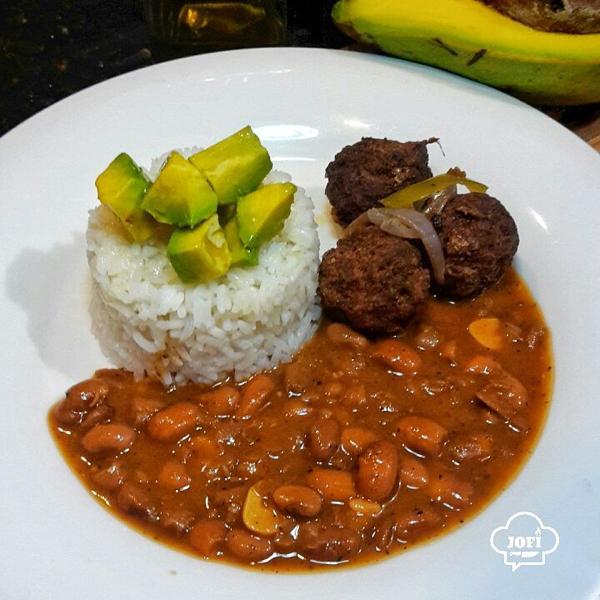 comida 600x600 Comida de las 12: Arroz, albondigas y habichuelas