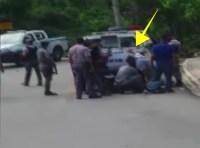 policias 200x148 Policía golpea con escopeta a hombre esposado
