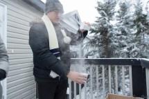 网上曾传将一杯热水泼到空中,如此低温下当水落地时会结成冰,经我们实验这绝对是讹传,我们反复降水从一个杯子倒入另一个,水温下降很快,但是反复 3-4 次均未结冰。