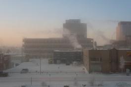 说是清晨,太阳可能刚刚升起一小时,但实际是当地 11 点,空气中有一层薄薄的雾气,从旅馆看出去漂亮极了