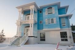 没仔细看门口 for sale 上有无价格,但 Mark 估计这都是百万豪宅。