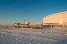油罐集中营,据说现在 Yellowknife 这类大车不进城。