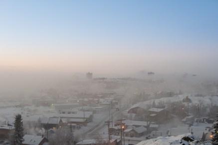 早上公交车到山下,步行上山,我们到早了,不过 Yellowknife 的晨曦还是很动人的,薄薄的雾让小镇更加的神秘