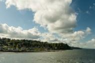 早上太阳还是很和煦的,穿过云层是不是投射在岸边小镇上。