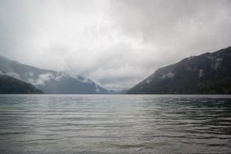从 Lake Crescent Lodge 拍摄的 Lake Crescent,暴雨刚过,云雾缭绕