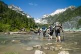 这群人看来是到此 camping 的,他们徒步过河,也许他们要翻过 Columbia Peak 到山那边的 Twin Lake?