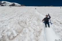 我们下山走了几步发现实在是不稳定,与其不断的摔倒,不如直接滑滑梯吧