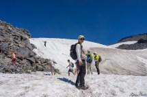 刚开始这一截就很陡峭,左边尚有岩石可以利用,但是也有人开始直接踏雪而上,这种角度,一般鞋1是吃不住的,上面那位同志必须不断用脚尖踢碎然后踩踏,才能一步一步登上峭壁