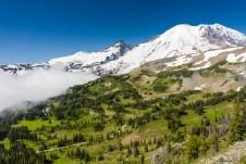 我们选择了先爬坡,于是可以俯瞰下面的 trail、树林,远处的 Burroughs Mountains,云雾和 Rainier、Little Tahoma。