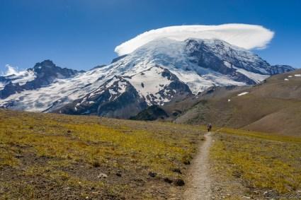 回头望 Rainier。回去的路上,山顶的云雾开始消散,山尖从云中露出。