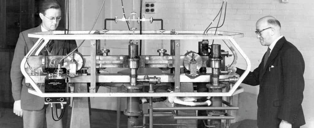 Louis Essen и Jack Perry с първия атомен часовник, 1955. Снимка - National Physical Laboratory