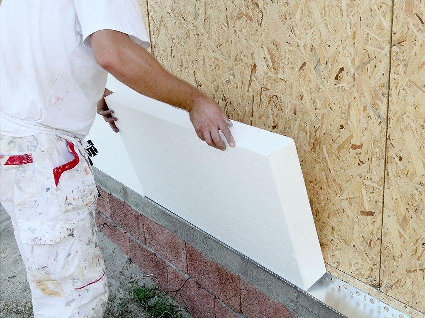Evi köpük bloklarından, sonraki dekoratif sıva kaplaması için köpük dışındaki bloklardan nasıl ısıtın? Köpük tabakaları veya köpük plakaları, duvara özel bir yapışkan bileşimi ile tutturulur. Tam olarak yapıştırmak için ilk plakalar için, duvarın alt kenarında, bitiş çubuğunun düzeltilmesi önerilir. Tutkal uyguladıktan sonra, küçük bir kuvveti olan levhalar duvara bastırılır. Merkezdeki fungal dübelleri ve sayfanın köşelerinde tabakaları ek olarak düzeltebilirsiniz. Seviye ve tapaları kullanarak, uygulanan köpük düzleminin düzlemi kontrol edilir.