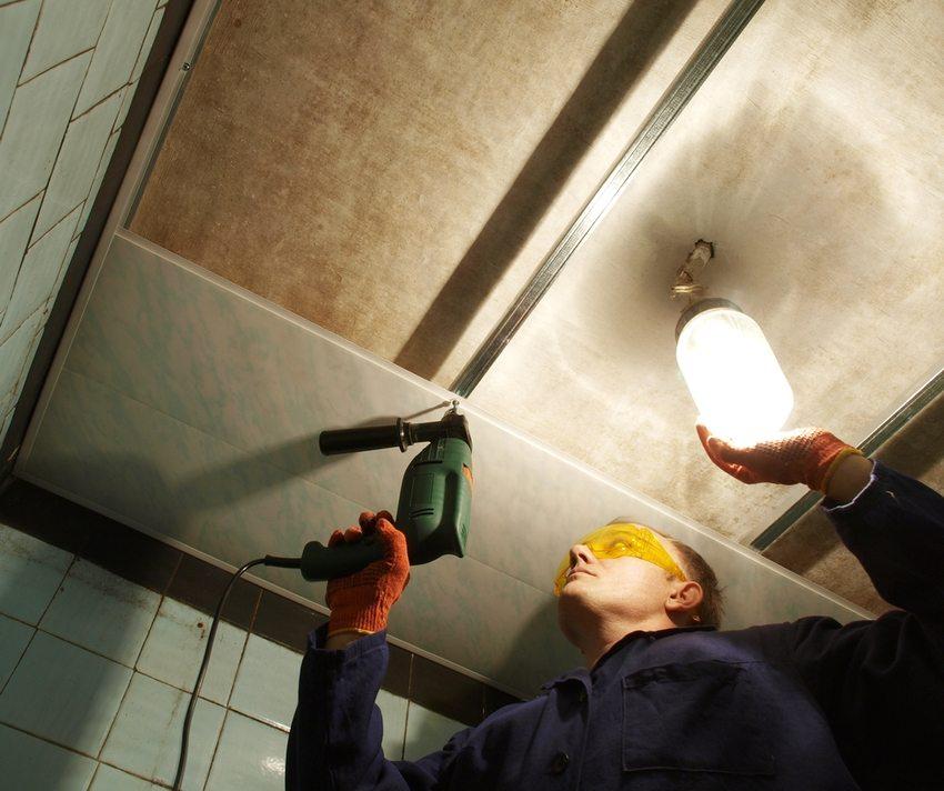 Procesul de aranjare a plafonului panourilor din plastic în baie