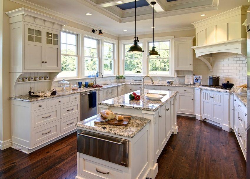 Pereții din bucătărie sunt decorați parțial cu panouri de clorură de polivinil