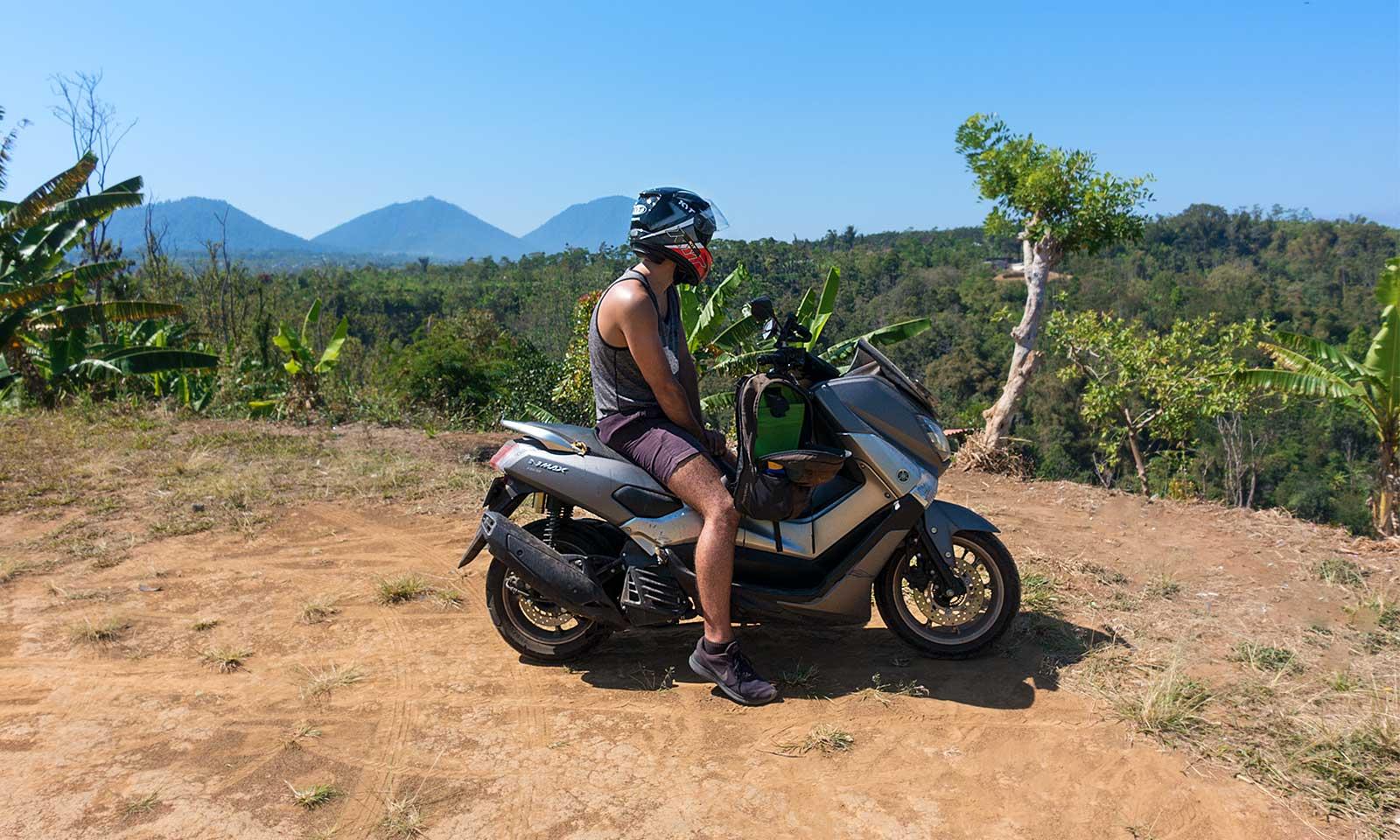الدراجات البخارية هي وسيلة التنقل الرئيسية في بالي،  إندونيسيا