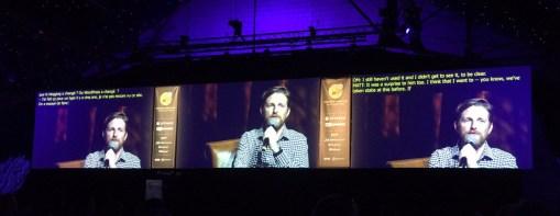 Las pantallas durante la intervención de Matt (no conseguí sitio en el escenario principal y lo seguí con otras 1000 personas, retransmitido, en el secundario).