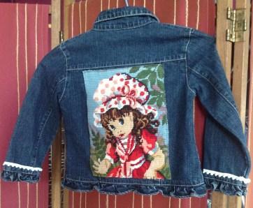 Blouson en jean , taille 2 a 4 ans , décoré avec un canevas ancien style Charlotte Fraise