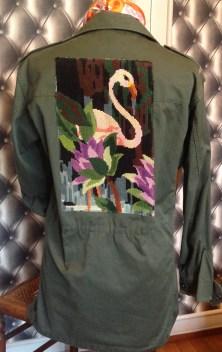 Veste d'aviateur actualisée avec un canevas vintage motif flamand rose