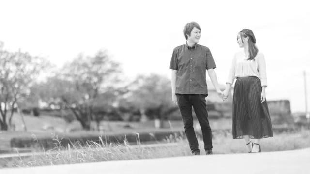 手をつなぐカップル デート 公園