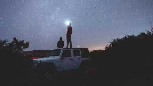 ドライブデート 星空を眺めるカップル